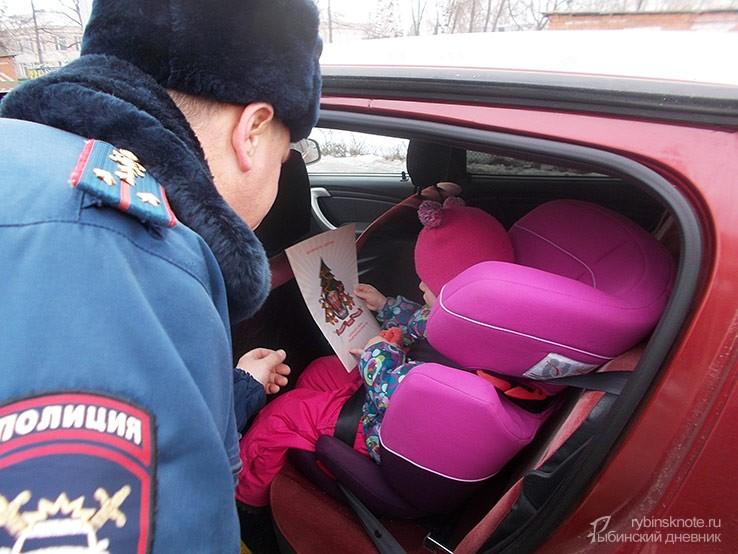 Инспектор ДПС и девочка в детском кресле
