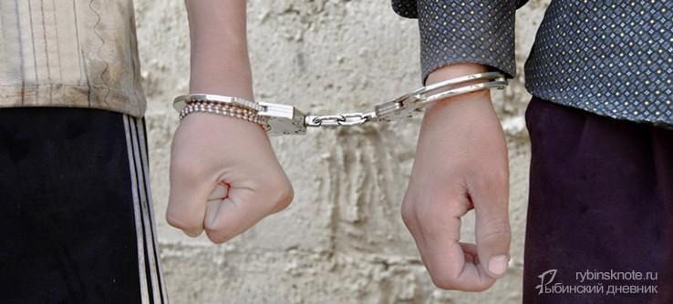 Две руки разных людей в наручниках