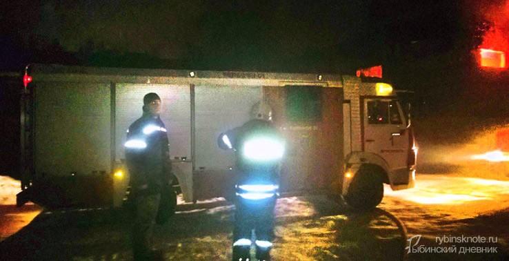 Пожарная машина и два огнебоорца