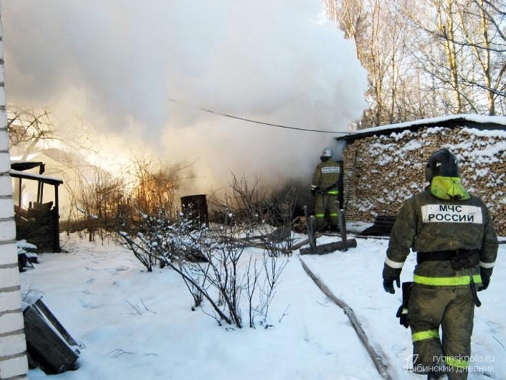 Пожарные тушат здание