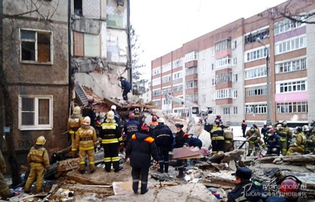 Спасатели и пожарные рядом с взорвавшимся домом