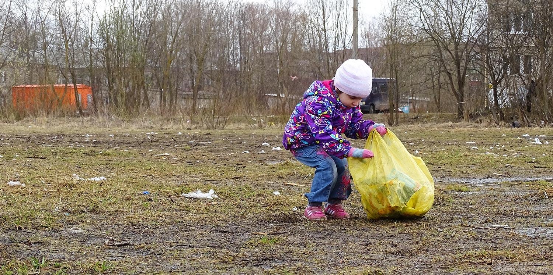 Девочка собирает мусор