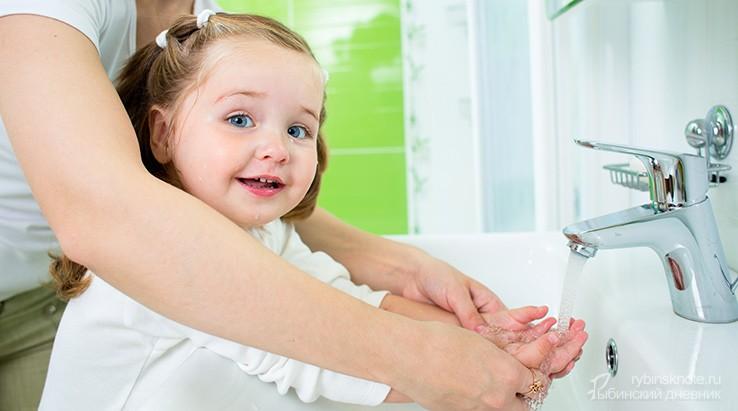 Девочке моют руки