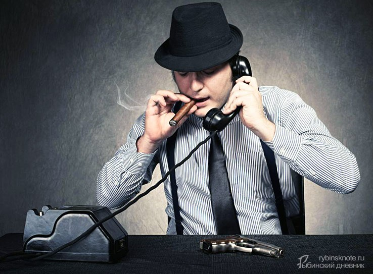 Мужчина с сигарой звонит по телефону