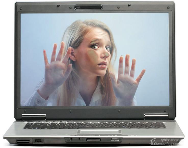 Девушка внутри компьютера