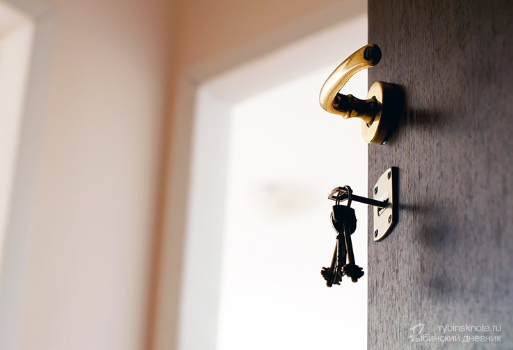 Приоткрытая дверь в квартиру