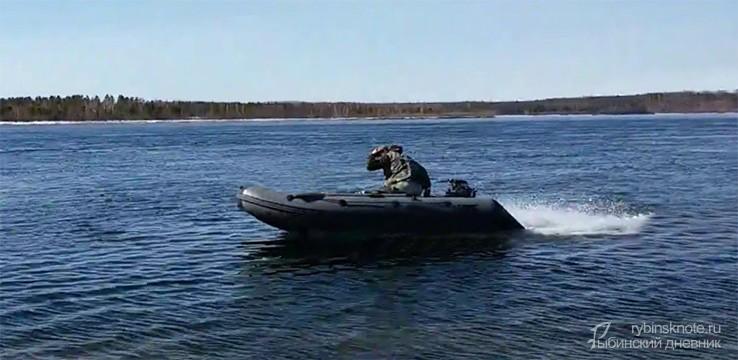 Мужик едет на лодке
