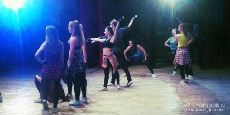 Танцоры на сцене