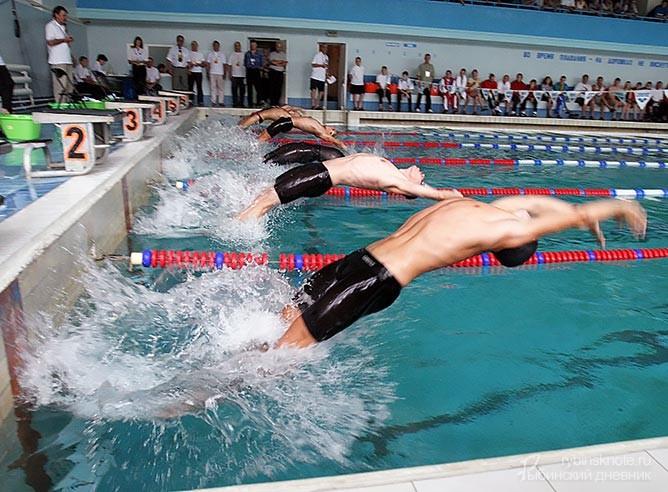 Юноши плавают