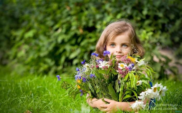 98418676_4469187_girl_holding_flower_bouquet2560x1600