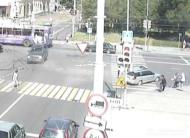 ВРыбинске иностранная машина сбила 2-х женщин, идущих потротуару