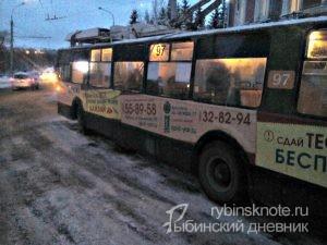 стоят троллейбусы